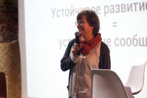 Ангелина Давыдова выступает и держит в руке микрофон